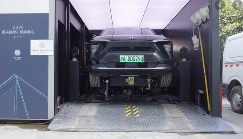BYTTER BATTERI: På en stasjon som dette kan du kjøre inn og få byttet til et fulladet batteri i løpet av tre minutter. Oslo får fire slike i løpet av året. Foto: Nio