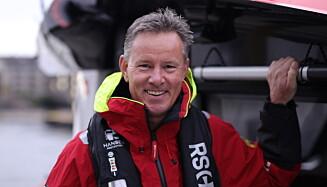 TRYGG MED VEST: Regionsjef Erik Knudsen i Redningsselskapet har gode råd for riktig bruk av flyteplaggene som trengs på sjøen. Foto: Lars Kristian Mosby Enger