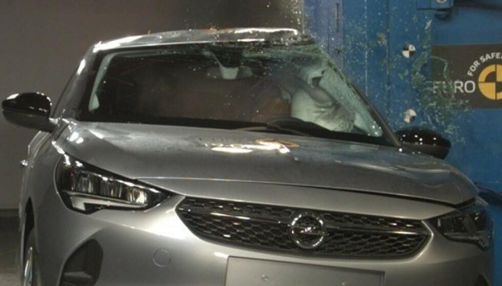 BESKYTTER: Kollisjonsputene på siden er standard på Opel Corsa og beskytter fører og passasjer i sidekollisjoner. Her fra testen hos EuroNcap. Foto: Euroncap
