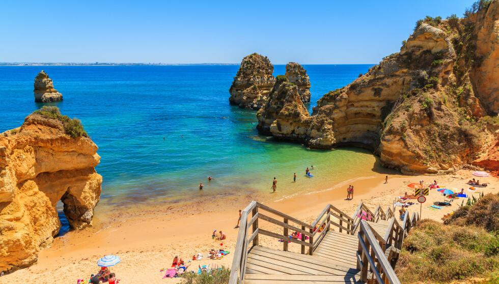 FORLENGET: Reiserådet forlenges, samtidig som man slipper karantene ved reise til land og regioner med gult nivå. Her fra Praia do Camilo i Portugal. Foto: Pawel Kazmierczak / NTB