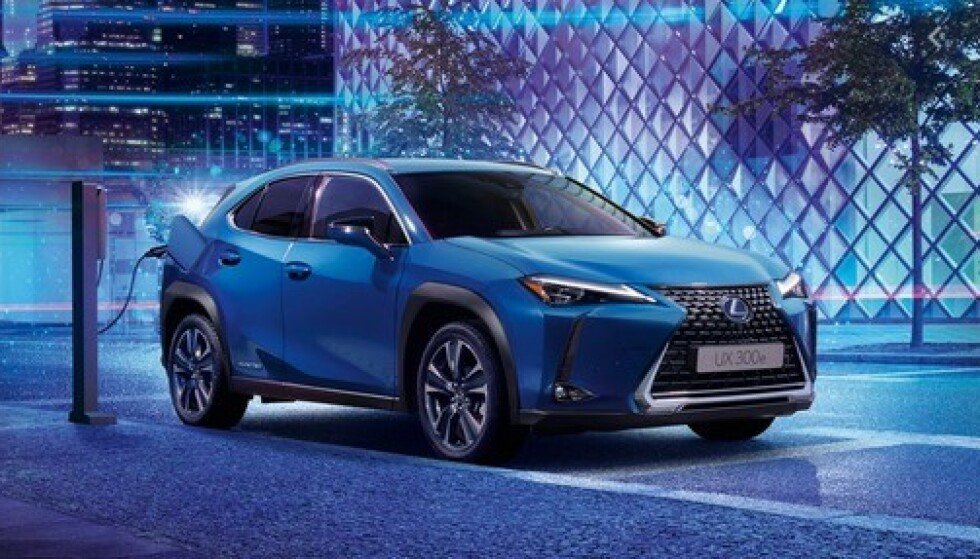 KUTTER 60 000: Lexus er siste bilmerke som kutter prisen på sin elbil. UX 300e koster nå 60 000 kroner mindre enn for noen måneder siden. Foto: Lexus
