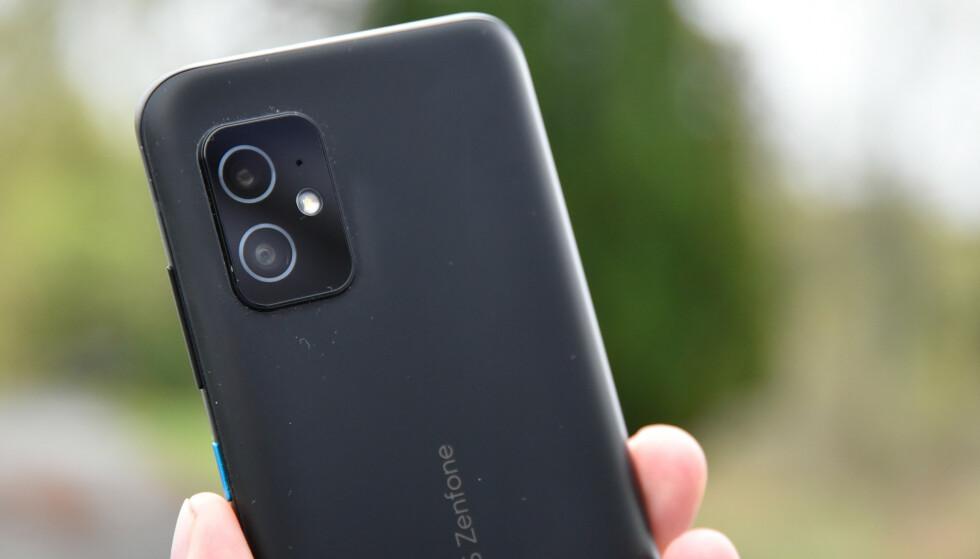 """BARE TO: Asus Zenfone 8 har to kameraer på baksiden - """"vanlig"""" og ultravidvinkel. Foto: Pål Joakim Pollen"""