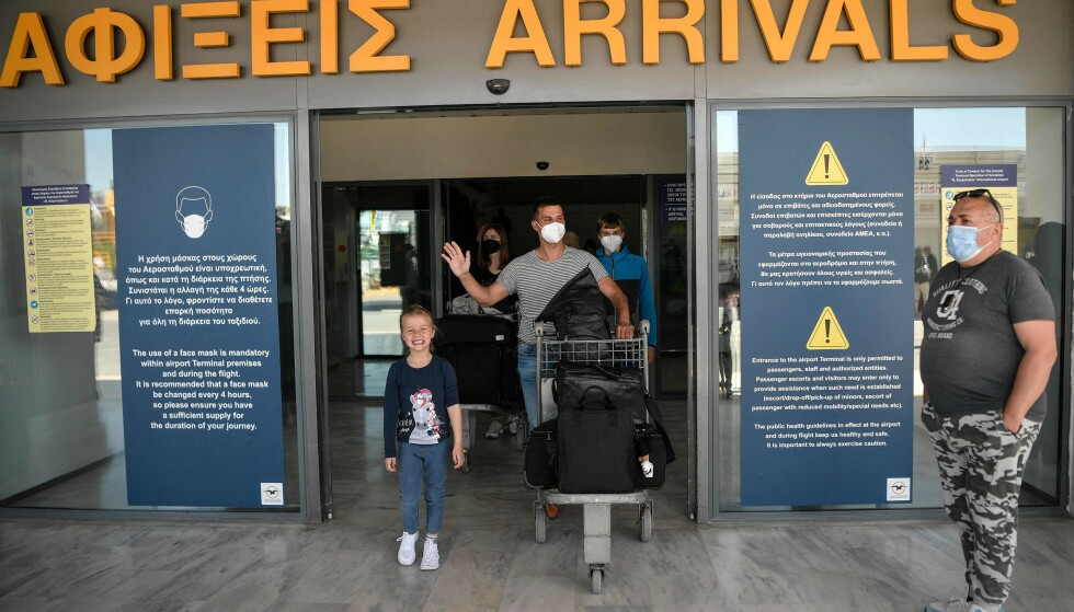 ÅPNER: I dag åpner Hellas dørene for turister igjen, og her kommer de første ut fra flyplassen i Heraklion. Foto: Louisa Gouliamaki / AFP / NTB