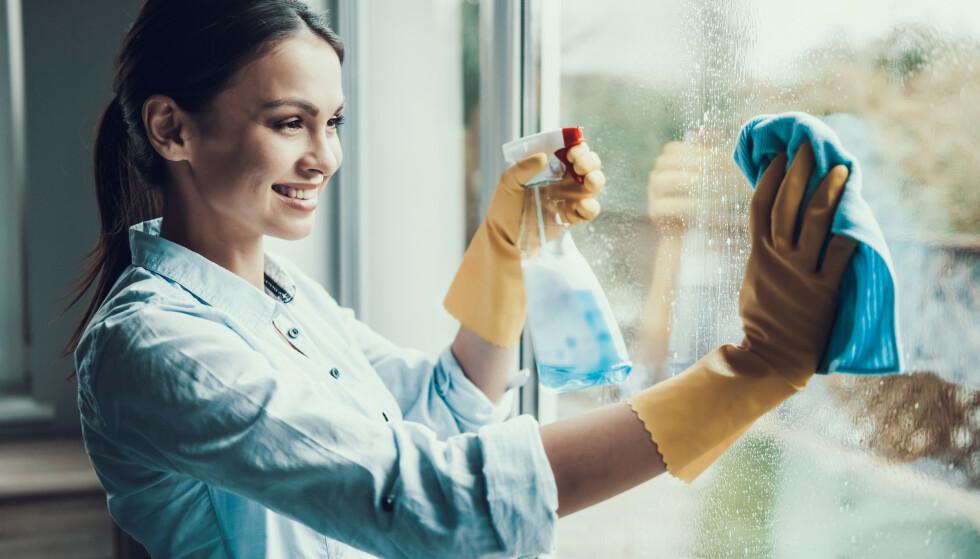 DEN PERFEKTE VINDUSVASKEN: Disse rådene burde du følge for den perfekte vindusvasken. Foto: VGstockstudio / Shutterstock / NTB
