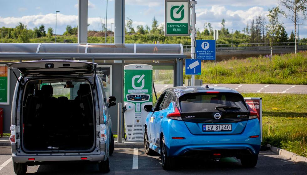 KAN BLI KØ: Det tar brått en god stund å lade en elbil, og køene på ladestasjonene kan derfor bli lange i pinsehelgen. Foto: NAF