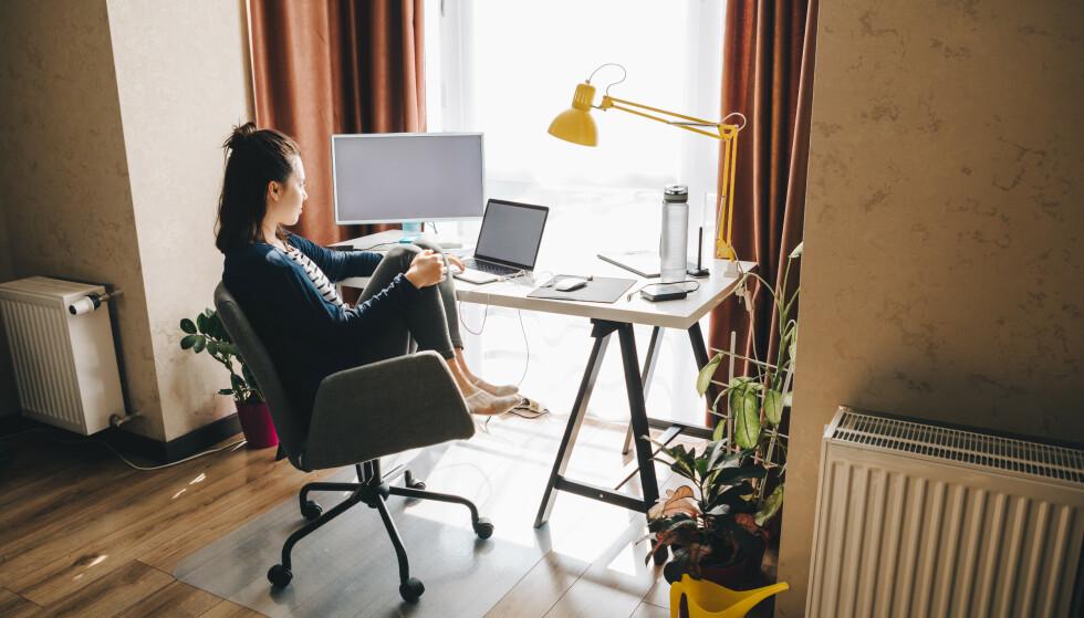 KAN BLI DYRT: Mange har fått kontormøbler fra arbeidsgiver for å jobbe hjemmefra. Foto: Shutterstock/NTB
