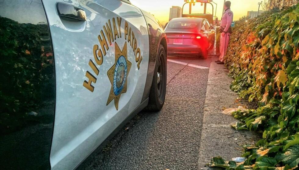 ARRESTERT: Her blir mannen arrestert og hans Tesla tauet inn og beslaglagt av politiet som bevis i saken. Foto: California Highway Police