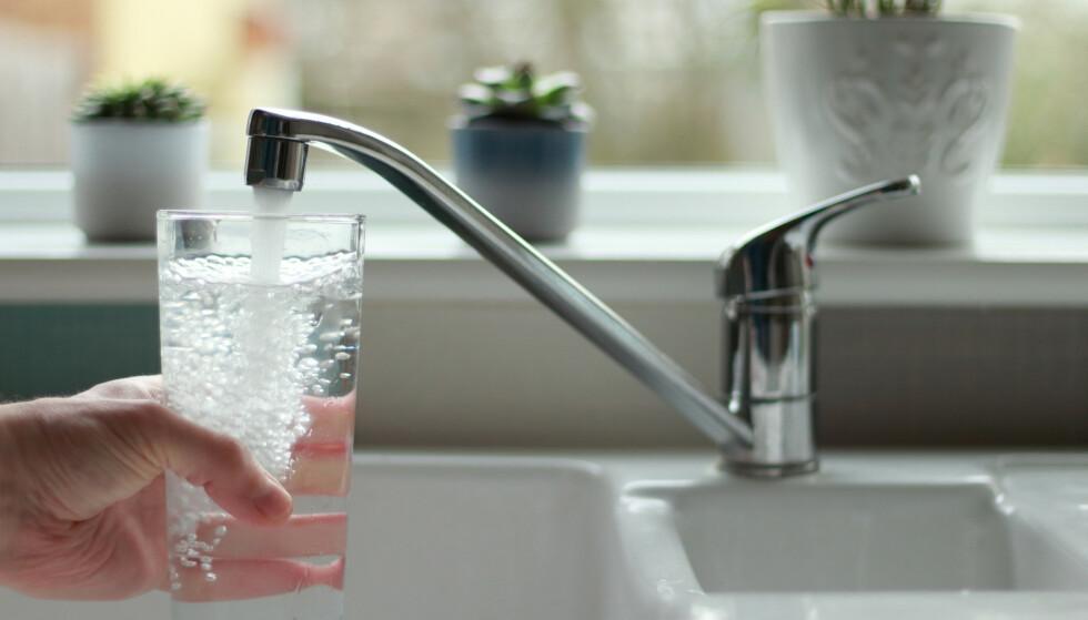 DRIKK NOK: Det er viktig å få i seg nok vann i løpet av dagen, forteller postdoktor for klinisk ernæring. Foto: jlwphotography / Shutterstock / NTB