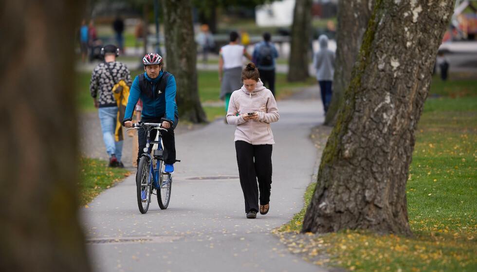 Foto: Skal man gå på høyre eller venstre side? Og hva med syklistene? Morten Brakestad/Trygg Trafikk
