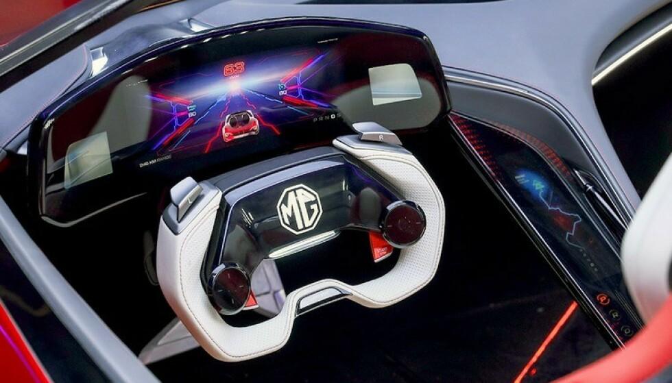 EKSTREM: Interiøret er like ekstremt som utseendet. MC Cybster skal få en rekkevidde på 800 kilometer og gjøre unna 0-100 km/t på under tre sekunder. Foto: MG
