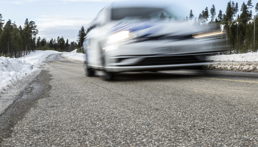 MILJØKRAV: Bindemiddelet i asfalten heter Bitumen og kommer fra olje. Det er denne miljø-faktoren det jobbes med å bli redusere, både i Norge og i utlandet. Foto: Lasse Allard
