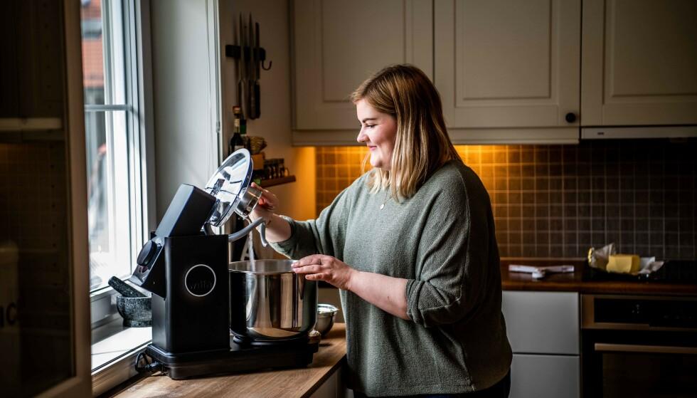 PRAKTMASKIN: – Ikke bare et smykke til kjøkkenet, men først og fremst kraft i elting, og pisking, sier testpiloten Heidi. Foto: Aller Concept Store.