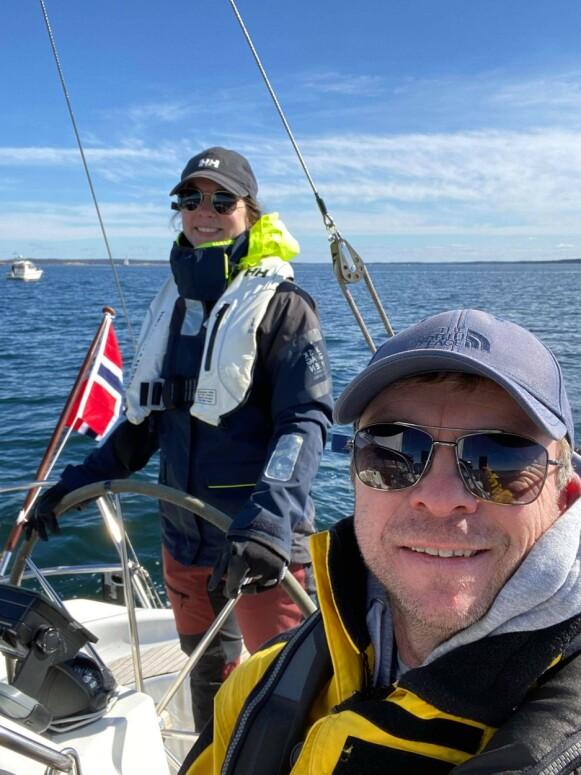 Sjekker leietakerne: En grundig sjekk av de som skal leie og at forsikringen er i orden, er viktig for de ferske båtutleierne Beate Bergaplass og Jan Vidar Tofteberg. Foto: Privat