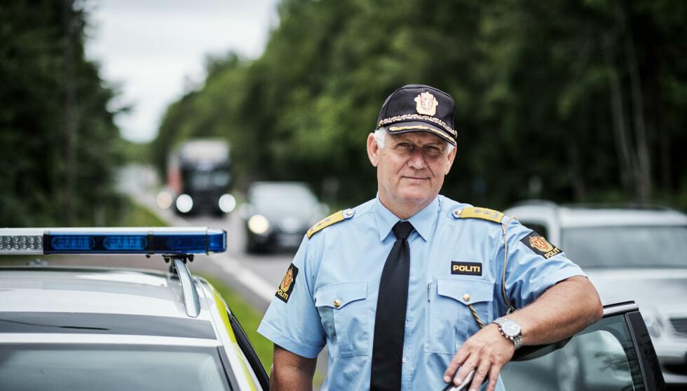 MÅ VÆRE EFFEKTIVT: - Det er viktig at det utstyret vi monterer i bilene er effektivt på alle typer veier og virker avskrekkende slik at farten går ned, sier Runar Karlsen i Politidirektoratet. Foto: UP