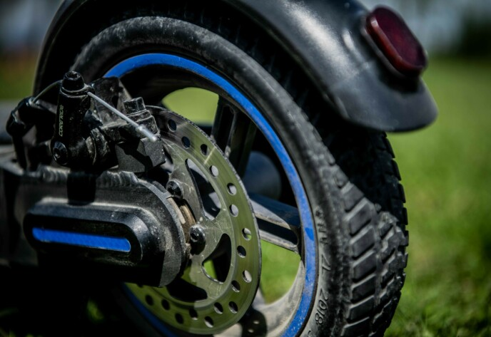 MYKE DEKK: El-sparkesykkeen kommer med skivebremser og punkteringsfrie dekk.