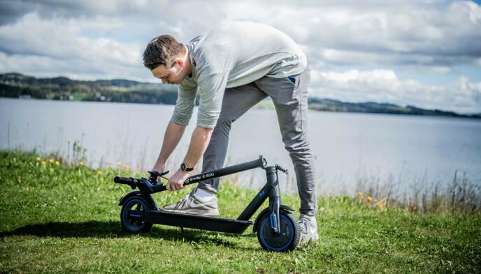 LETT: Med et enkelt håndgrep legger testpilot Henrik sykkelen sammen, klar til transport.