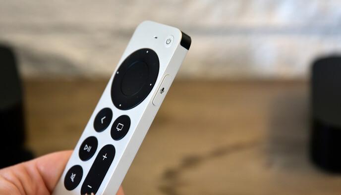 NYE KNAPPER: Den nye Siri remote-n har fått av og på-knapp, Siri-knapp på siden, ny navigasjonsbetjening og en ny mute-knapp. Foto: Pål Joakim Pollen