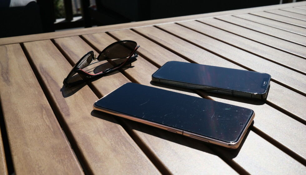 SOLSTEIKA: Ikke la mobilen ligge slik i direkte sollys. Foto: Martin Kynningsrud Størbu