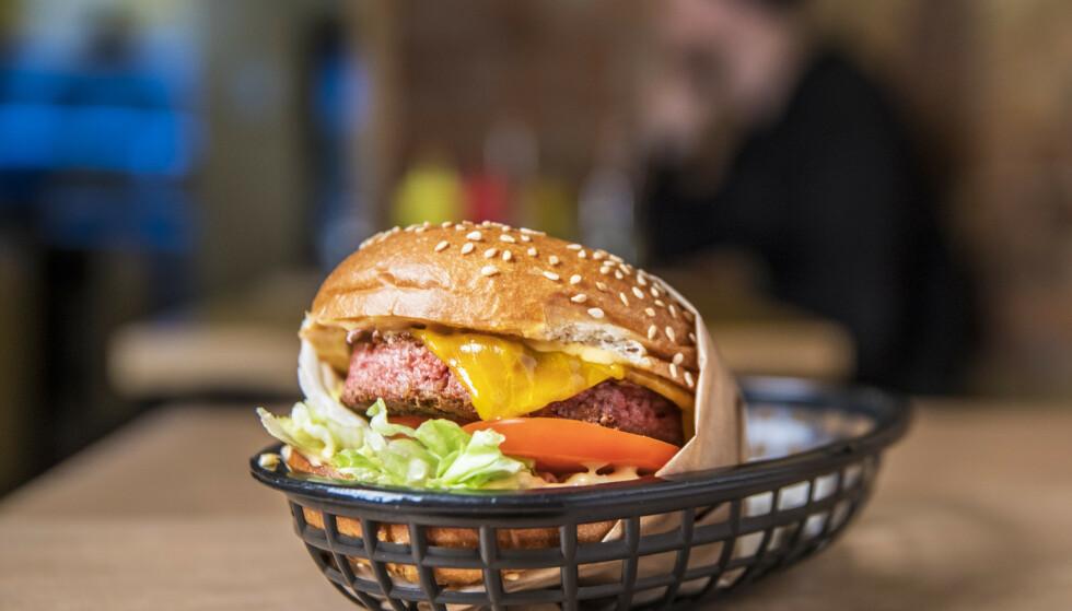 PLANTEBASERT: Restauranten Munchies selger burgere med plantebasert kjøtt, som ligner veldig på kjøttburgeren. Foto: Ole Berg-Rusten / NTB