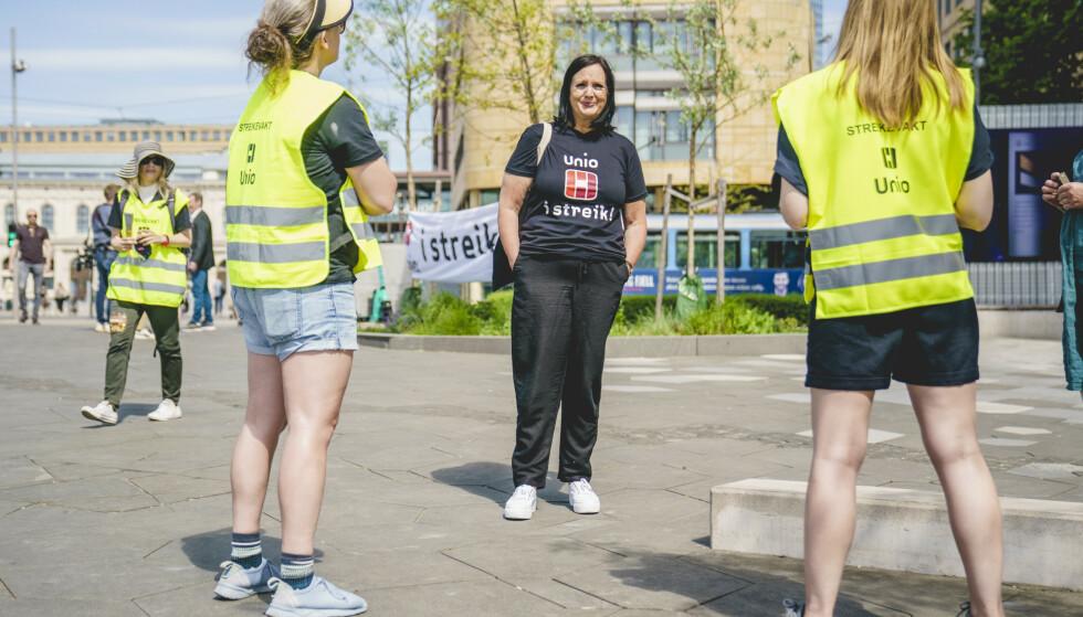 STREIKEN UTVIDES: Også bibliotek er berørt av streiken. Her forhandlingsleder Aina Skjefstad Andersen i Unio foran Deichman bibliotek i Oslo. Foto: NTB