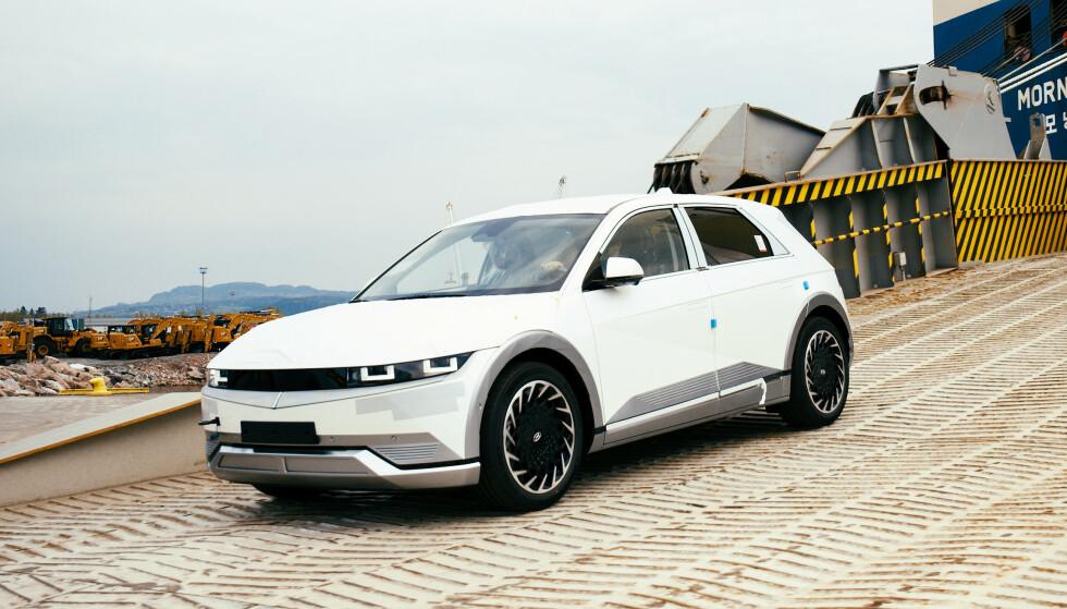 MANGE KUNDER: Hyundai har allerede mange tusen elbilkunder som har kjørt Kona eller Ioniq. Grunnlaget for at Ioniq 5 blir en suksess er dermed lagt. De første bilene rullet av båten i Drammen for et par uker side. Foto: Hyundai