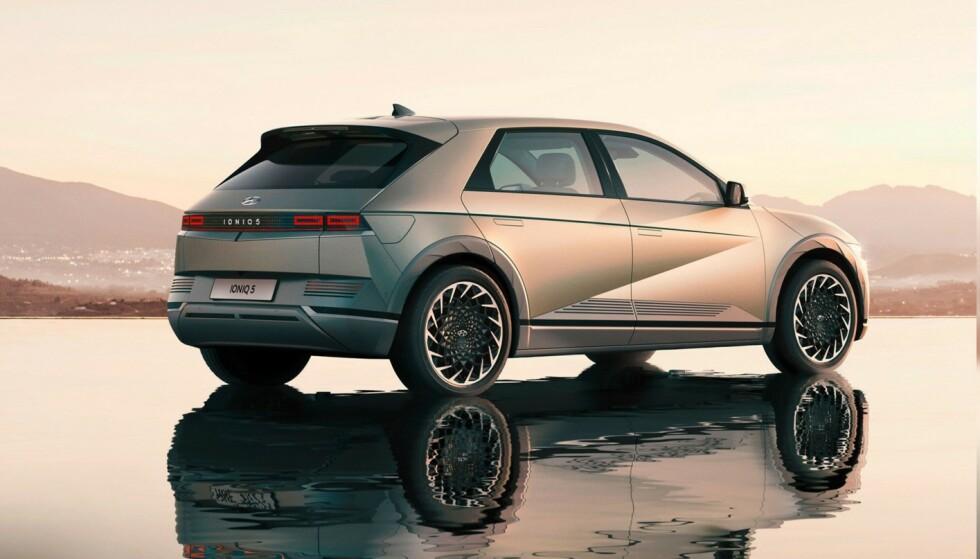 14 000 NORDMENN: De første Ioniq 5 er nå på vei til kundene sine. Hele 14 000 nordmenn har meldt sin interesse for bilen. Mange satt seg på liste etter å ha sett bilder av en bil med et frekt utseende. Foto: Hyundai