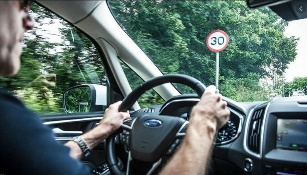 GÅR IKKE FORTERE: Forsøker du å kjøre fortere enn det som står på skiltet, protesterer bilen og slår av motorkraften. Foto: Ford