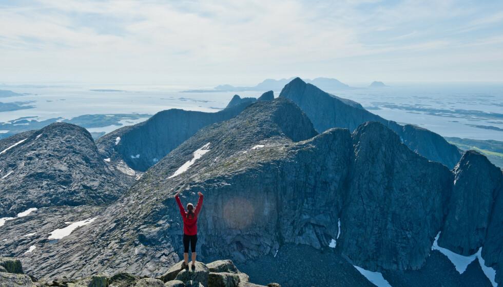 Helgelandskysten: De Syv søstre og utsikt sørover til Tvillingene og Kvasstind. Foto: Sindre Thoresen Lønnes