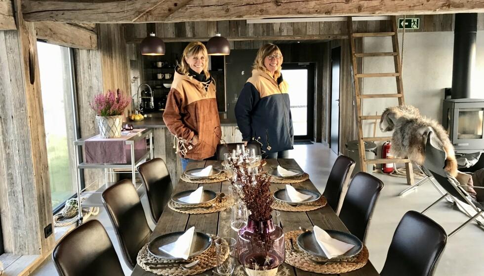 Molosøstrene: Line J. Nicolaysen og Hilde T. Røinås viser frem sin stolthet, Olsennaustet på Smøla i Møre og Romsdal. Foto: Odd Roar Lange/The Travel Inspector