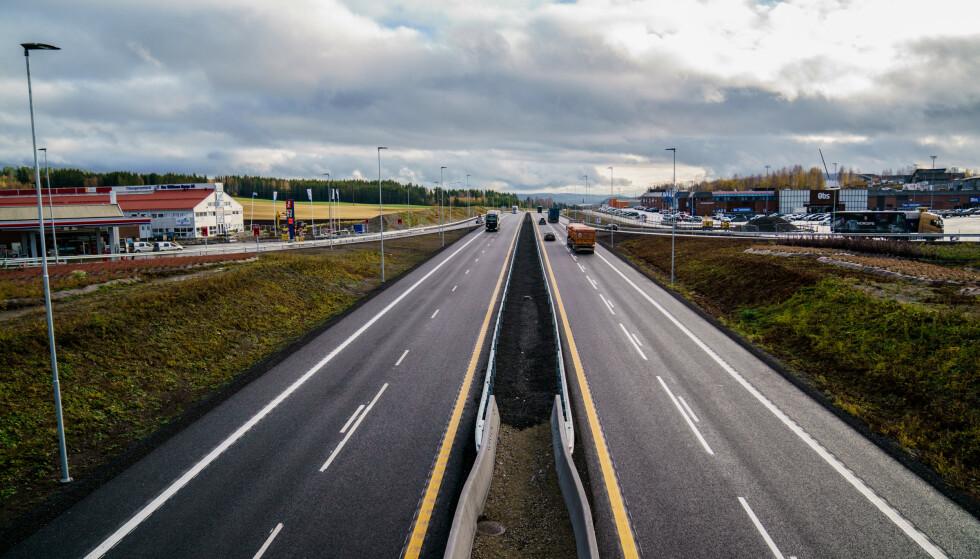 NY FARTSGRENSE: 120 km/t skal prøves ut på norske motorveier. Her fra E6 mellom Brumunddal og Moelv. Foto: NTB