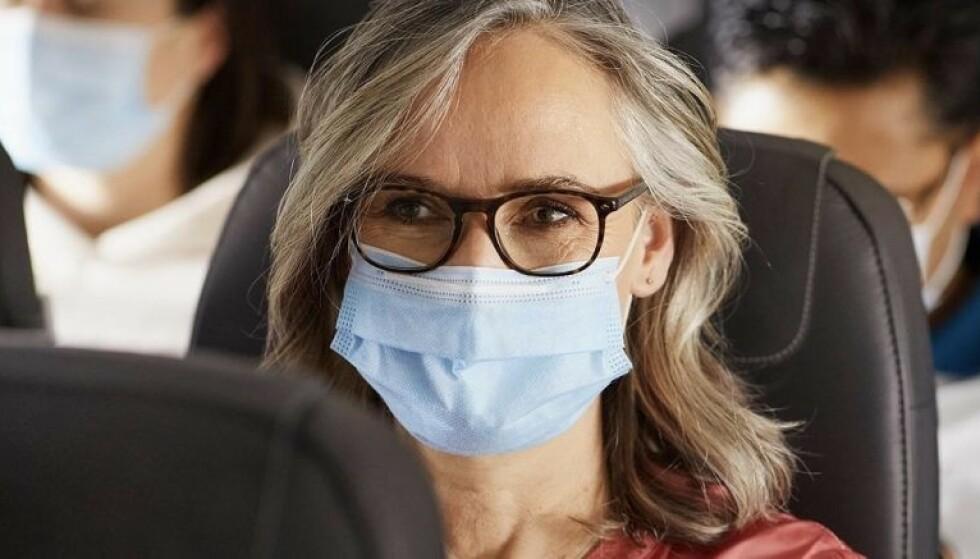 KREVER BYTTE: SAS mener at munnbindet ikke er gyldig etter fire timers bruk. Det får smittevernekspert til å se rødt. Foto: Shutterstock / NTB