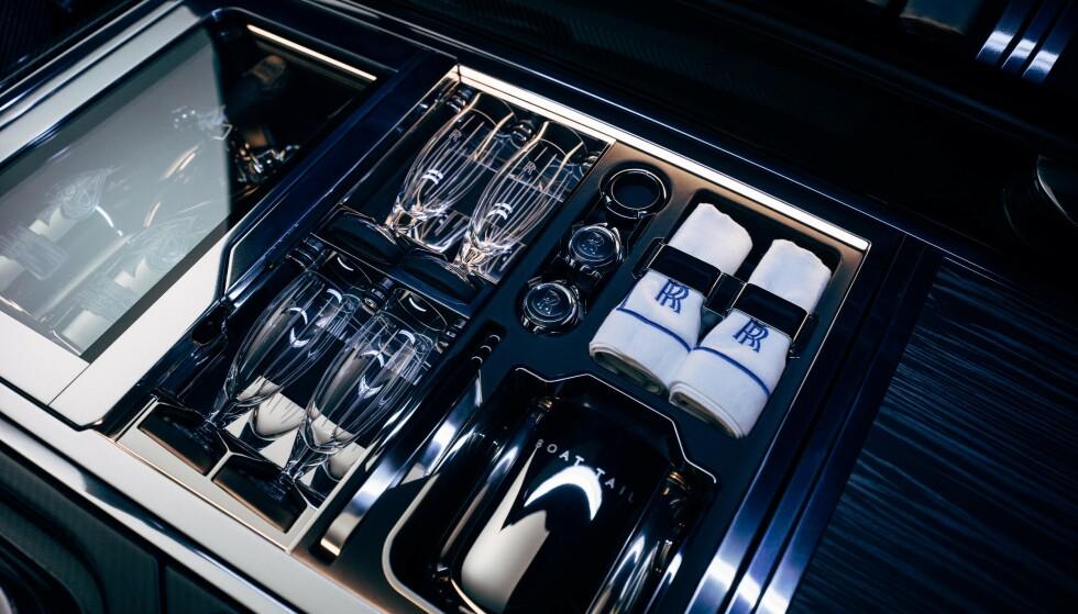 UT PÅ TUR: For en piknik-tur er selvfølgelig dyr champagne og krystall helt nødvendig. Foto: Rolle-Royce