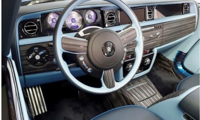 TRE UNIKE KUNDER: - Selv om de deler det samme utseendet, har vi bygget tre biler som i høy grad gjenspeiler de tre eiernes individuelle smak og behov, sier Alex Innes, som er ansvarlig for design av spesialbiler hos Rolls-Royce. Foto: Rolls-Royce