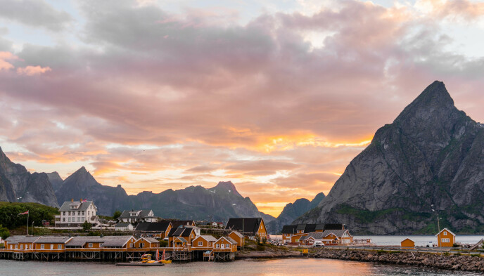 Sakrisøy: Okerfargede rorbuer dominerer bebyggelsen på den lille øya. Foto: Kathrine Salhus