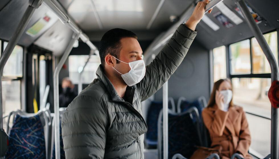 MUNNBIND: I Danmark fases munnbindet ut nesten alle steder, utenom på kollektivtransport. Foto: Andrii Medvednikov / Shutterstock / NTB
