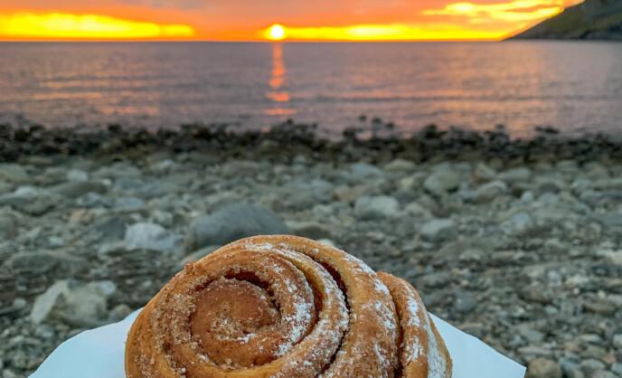 Kanelbolle og midnattssol: På Unstad kan du få både kanelbolle og midnattssol - om været tillater det. Foto: Kathrine Salhus.