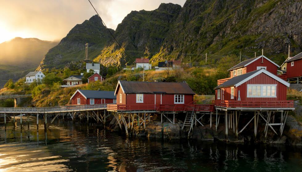 Rorbuer på Å: Morgenkaffe på terassen, med utsikt over sjøen, er vel ikke å forakte? Foto: Shutterstock/NTB.