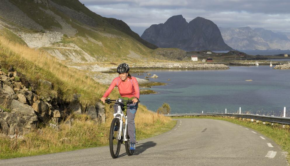 Sykkelferie: Opplev Lofoten fra sykkelsetet, så slipper du parkeringstrøbbel. Foto: Kristin Folsland Olsen / Visitnorway.com