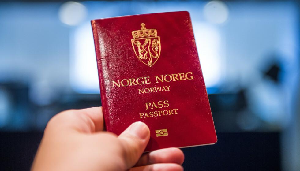 NYTT PASS: Anslagsvis 1 million nordmenn trenger nytt pass. Ved flere passkontorer i landet er kapasiteten sprengt. Foto: Jon Olav Nesvold / NTB