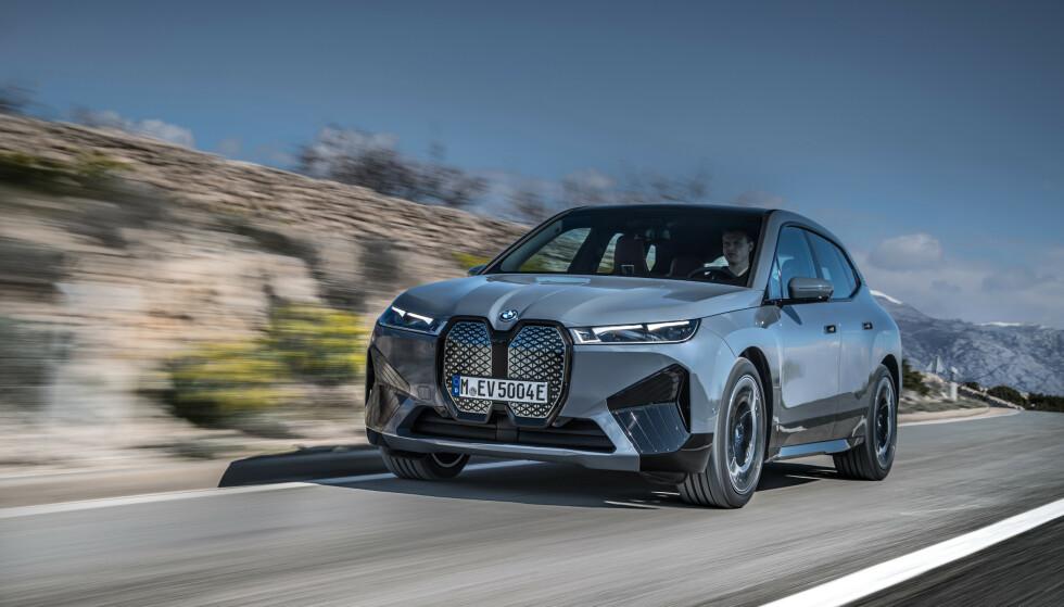 NY STANDARD: Det er ikke bare utseendet som skremmer konkurrentene. Med en rekkevidde opp til 630 kilometer, setter BMW iX en ny standard i klassen. Foto: BMW