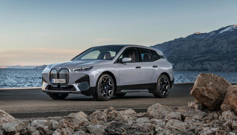 Audi, Tesla og Mercedes har så langt dominert markedet for store, elektriske SUV-er. Nå får de tøff konkurranse av BMW iX. Bilen kommer til Norge i november. Foto: BMW