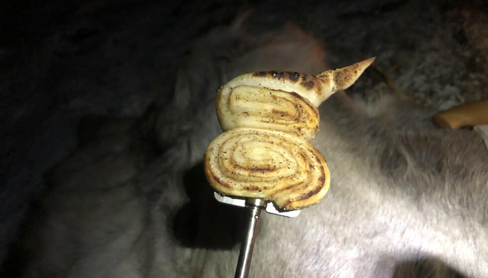 KANELSNURRER: Ha med en ferdig pizzadeig, smør utover smør, sukker og kanel og stek på primus! Foto: Tursøstre.no.