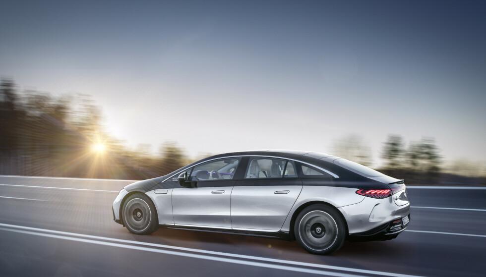 REKKEVIDDEKONGE: Med et batteri på hele 105 kWt, blir Mercedes EQS den nye rekkevidde-kongen når den kommer til Norge utpå høsten. Foto: Daimler