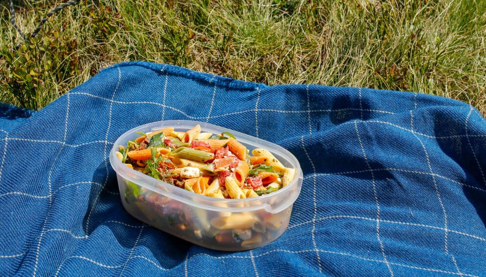 SMAKFULL TURMAT: Å ha med hjemmelaget niste på fjellet, stranden, i skogen eller på biltur, kan spare deg for både tid og penger. Dessuten smaker mat ekstra godt i det fri! Men det er særlig én ting du må passe godt på når du har med deg mat på tur. Tipsene får du i artikkelen under! Foto: NTB Scanpix.