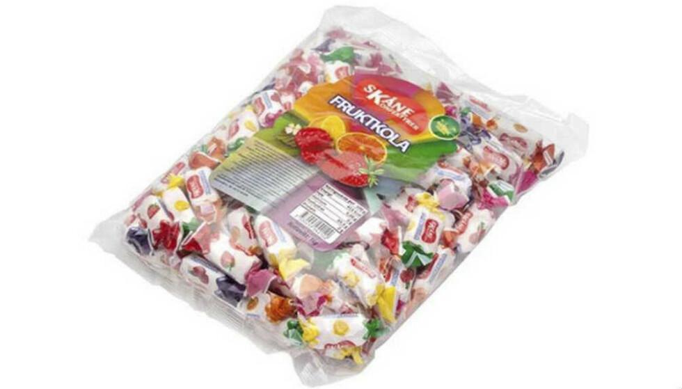TILBAKEKALLES: Rusta tilbakekaller Skåne konfektyrer Fruktkola 1kg poser. Årsaken er at det er funnet en metallbit i en av forpakningene. Foto: Rusta / NTB