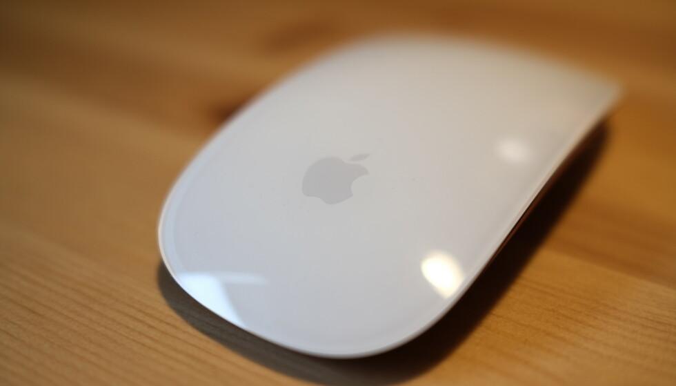 IRRITASJONSMOMENT: Magic Mouse er stil, men i bruk er den alt annet enn ergonomisk. Foto: Martin Kynningsrud Størbuo