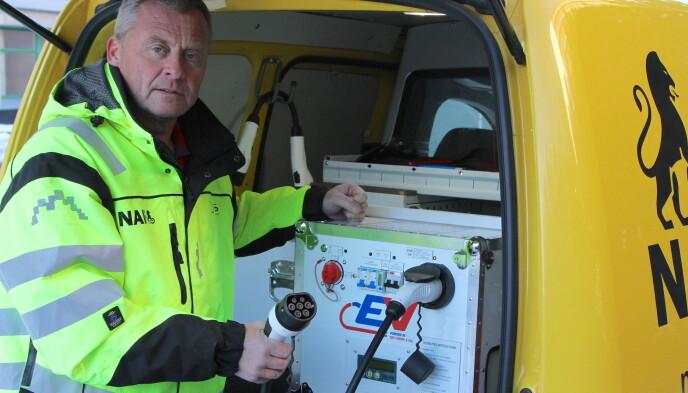 VET IKKE: Mange elbileiere tror at alt er i orden så lenge det store høyspentbatteriet har strøm. De vet ikke at bilen også har et startbatteri, sier Petter Schøyen som er leder i SOS Veihjelp og NAF Veihjelp. Foto: Rune Korsvoll