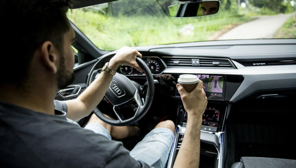 EN TING AV GANGEN: Stopp bilen i stedet for å tro du kan gjøre flere ting mens du kjører.