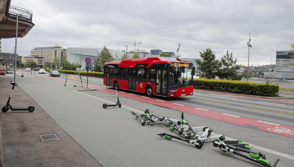 LIGGER STRØDD: Elsparkesykler som ligger strødd, har vært en del av bybildet i Oslo lenge.Foto: Ørn E. Borgen / NTB