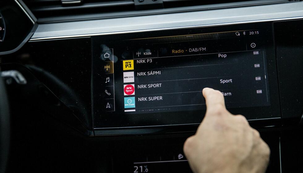 IKKE FLERE TING PÅ ÉN GANG: Å stille inn radio eller musikk mens man kjører, er med på å gjøre deg uoppmerksom.
